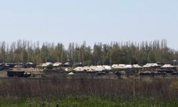 Российская военная техника и армейские палатки у поселка Северный под Белгородом 25 апреля 2014 года. Россия отвела большинство войск, которые концентрировала у границы с Украиной, однако семь батальонов численностью в тысячи солдат остаются на прежних позициях, сообщил представитель Пентагона. REUTERS/Sergei Khakhalev