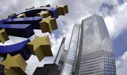 La Banque centrale européenne a tant évoqué le passage en territoire négatif du taux servi sur les réserves excédentaires de liquidités des banques qu'il semble désormais acquis qu'elle franchira ce pas, dont les bénéfices sont pourtant loin d'être acquis. /Photo d'archives/REUTERS/Kai Pfaffenbach