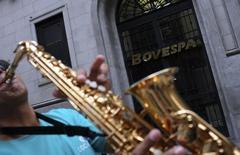 Un músico toca frente al mercado BM&FBOVESPA en Sao Paulo. La Bolsa de Brasil cerró el viernes con una caída cercana al 2 por ciento, con lo que anuló los avances acumulados en mayo y puso fin a su serie de dos ganancias mensuales consecutivas. REUTERS/Nacho Doce