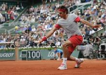 Roger Federer of Switzerland returns a backhand to Ernests Gulbis of Latvia during their men's singles match at the French Open tennis tournament at the Roland Garros stadium in Paris June 1, 2014.      REUTERS/Stephane Mahe