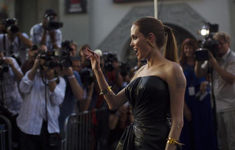 Cast member Angelina Jolie waves at the premiere of ''Maleficent'' at El Capitan theatre in Hollywood, California May 28, 2014. The movie opens in the U.S. on May 30.   REUTERS/Mario Anzuoni