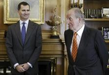 El rey Juan Carlos de España (D) y el príncipe Felipe esperan para una reunión con el Ministro de Relaciones Exteriores de Japón, Fumio Kishida (no aparece en la foto), en el palacio de la Zarzuela en Madrid, 8 de enero del 2014. El presidente del Gobierno español, Mariano Rajoy, anunció el lunes la abdicación del rey Juan Carlos después de casi cuatro décadas al frente de la jefatura del Estado, lo que abre la puerta a la sucesión de su hijo Felipe de Borbón al frente de la Corona.  REUTERS/J.J. Guillen/Pool