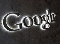 Un logo de Google es visto en la entrada de las oficinas de la compañía en Toronto, 5 de septiembre del 2013. Algunos servicios de Google están siendo interrumpidos en China de cara al 25 aniversario esta semana de la represión de 1989 contra manifestantes prodemocracia alrededor de la Plaza Tiananmen de Pekín, dijo el lunes un organismo de control de la censura. REUTERS/Chris Helgren