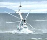 Кадри видеозаписи, на котором видно крушение спасательного вертолета у берегов Сахалина 11 мая 2006 года. Российские власти объявили о гибели по меньшей мере 14 человек в результате субботнего крушения вертолета Ми-8, на борту которого находились 18 человек, в том числе топ-менеджмент производителя удобрений ОАО Апатит и местные чиновники. REUTERS TV/Reuters