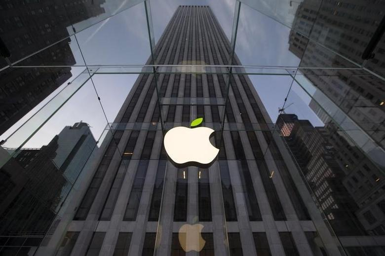 The leaf on the Apple symbol is tinted green at the Apple flagship store on 5th Ave in New York April 22, 2014. Employees and signage have been themed green to mark Earth Day.   REUTERS/Brendan McDermid  (UNITED STATES - Tags: ENVIRONMENT SCIENCE TECHNOLOGY) - RTR3M9SC