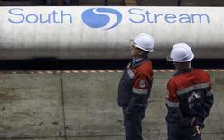 Рабочие у труб для Южного потока на заводе ОМК в Выксе 15 апреля 2014 года. Еврокомиссия попросила правительство Болгарии приостановить работу над газопроводным проектом Газпрома Южный поток до тех пор, пока не будет принято решение о его соответствии законам Евросоюза. REUTERS/Sergei Karpukhin