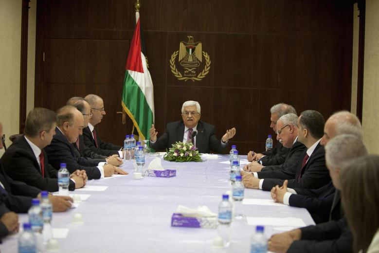 Palestinian President Mahmoud Abbas (C) meets with ministers of the unity government, in the West Bank city of Ramallah June 2, 2014. REUTERS/Majdi Mohammed/Pool