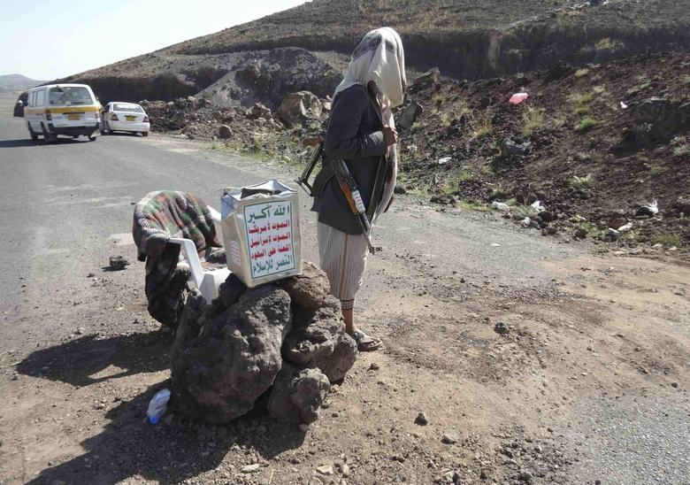 A Shi'ite militant mans a checkpoint on a road in Yemen's northwestern province of Omran June 3, 2014. REUTERS/Stringer
