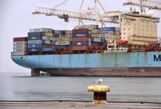 Les deux premiers groupes mondiaux de transport maritime de conteneurs, AP Moeller-Maersk et MSC ont engagé des discussions avec la Commission européenne dans l'espoir d'échapper à des amendes à l'issue de l'enquête sur la concurrence dans ce secteur, selon trois sources proches du dossier. D'autres groupes, dont le français CMA-CGM, cherchent aussi à négocier une solution. /Photo prise le 14 janvier 2014/REUTERS/Srdjan Zivulovic