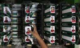Наклейки с футболистами на фабрике Panini в пригороде Сан-Паулу, 5 мая 2014 года. REUTERS/Paulo Whitaker