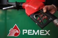 El logo de la petrolera mexicana Pemex en una gasolinera de la firma en Ciudad de México, nov 23 2012. La petrolera estatal mexicana Pemex dijo el miércoles que la decisión de desinvertir en la española Repsol obedece a la baja rentabilidad obtenida de sus acciones y a diferencias con la administración de esa compañía.  REUTERS/Edgard Garrido