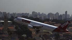 Imagen de archivo de un avión Airbus A320 de TAM despegando desde el aeropuerto de Congonhas en Sao Paulo, ene 17 2014. Los trabajadores de LATAM Airlines amenazan con demorar o cancelar vuelos antes del inicio del Mundial de fútbol en Brasil, en apoyo a una inminente huelga que realizarían el 10 y 11 de junio funcionarios de una unidad en Perú. REUTERS/Nacho Doce