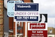 L'écart entre le prix des maisons et les revenus de ceux qui achètent des logements se creuse à Londres et dans d'autres parties de l'Angleterre, selon des données de l'Office des statistiques nationales qui ne devraient pas laisser indifférente la Banque d'Angleterre. /Photo d'archives/REUTERS/Andrew Winning