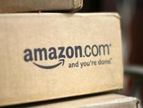 Коробка с логотипом Amazon.com на крыльце дома в Голдене, Колорадо 23 июля 2008 года. Amazon.com Inc породила новую волну слухов о следующем продукте компании, опубликовав загадочное видео в YouTube и на своем сайте, пообещав 18 июня провести в Сиэтле презентацию с участием главы компании Джеффа Безоса. REUTERS/Rick Wilking