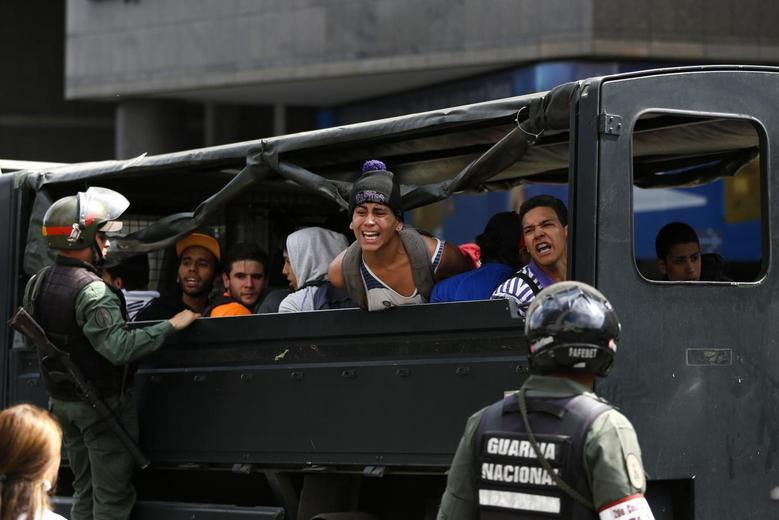 Anti-government protesters shout from a truck after Venezuela's national guards detained them during a protest against President Nicolas Maduro's government in Caracas May 14, 2014. REUTERS/Carlos Garcia Rawlins