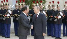 Russian President Vladimir Putin (R) is greeted by France's President Francois Hollande as he arrives at the Elysee Palace in Paris, June 5, 2014.   REUTERS/Philippe Wojazer