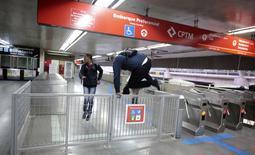 Passageiros pulam a grade de entrada da estação Itaquera do metrô de São Paulo. 05/06/2014 REUTERS/Chico Ferreira