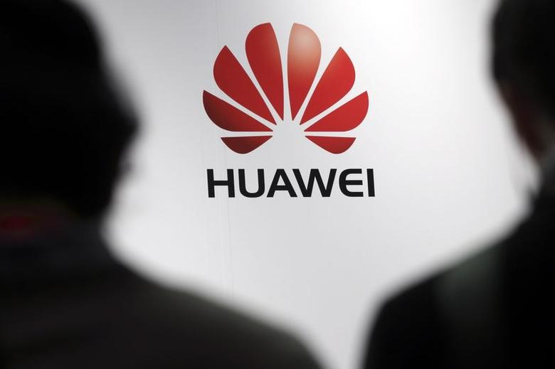 Journalists attend the presentation of Huawei's smartphone, the Ascend P7, launched by China's Huawei Technologies in Paris, May 7, 2014. REUTERS/Philippe Wojazer/Files