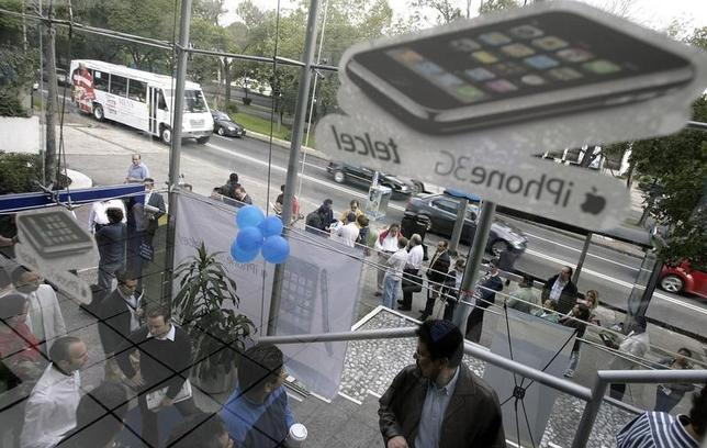 Customers wait in line to buy Apple's 3G iPhone at Telcel Center in Mexico City July 11, 2008. REUTERS/Daniel Aguilar/Files