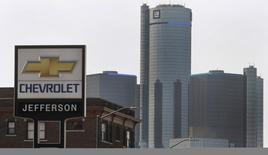 General Motors, premier constructeur automobile américain, a remercié plusieurs cadres de premier plan, dont un vice-président et deux directeurs, pour leur rôle dans la gestion d'un défaut du système d'allumage de plusieurs de ses modèles, lié à 13 décès au moins, selon des sources proches du dossier. /Photo prise le 2 avril 2014/REUTERS/Rebecca Cook