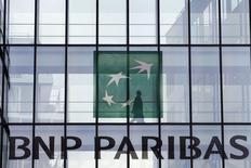 Las autoridades de Estados Unidos que negocian con BNP Paribas por un supuesto quebrantamiento de sanciones llegaron a sugerir que el mayor banco de Francia pagara una multa de hasta 16.000 millones de dólares, de acuerdo con personas familiarizadas con el asunto. Imagen del 2 de junio de un empleado en una oficina de BNP Paribas en Issy-les-Moulineaux, cerca de París. REUTERS/Charles Platiau