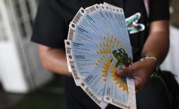 Um torcedor colombiano mostra os ingressos que comprou para partida entre Colômbia e Grécia, no Rio de Janeiro. A Fifa informou nesta quinta-feira que um total de 2,96 milhões de ingressos foram vendidos até agora para a Copa do Mundo, sendo 2,2 milhões diretamente para o público pelo site da entidade. 18/04/2014.  REUTERS/Ricardo Moraes