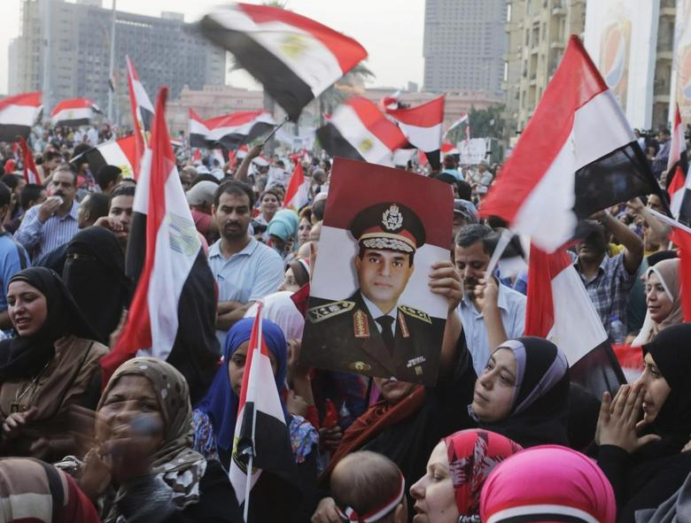 Egyptians chant slogans in Tahrir square as they arrive to celebrate former Egyptian army chief Abdel Fattah al-Sisi's victory in the presidential vote in Cairo, June 3, 2014. REUTERS/Asmaa Waguih