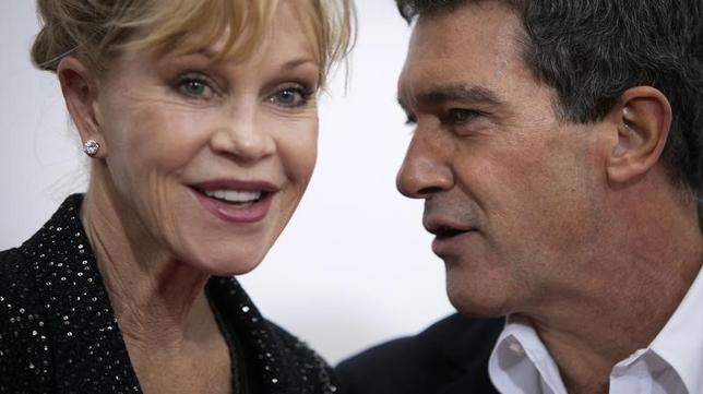 Actor Antonio Banderas and wife Melanie Griffith arrive for the premiere of the movie ''Black Nativity'' at the Apollo Theatre in the Harlem area of New York November 18, 2013.    REUTERS/Carlo Allegri
