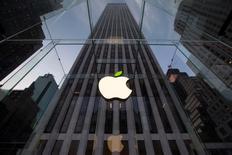 La hoja del logo de Apple aparece con un color verde en la tienda de la compañía en la Quinta Avenida en Nueva York. 22 abril, 2014. Apple Inc se prepara para vender sus primeros relojes inteligentes en octubre, y pretende fabricar de 3 a 5 millones de aparatos por mes en un comienzo, informó el viernes la agencia Nikkei, citando a un proveedor no identificado y a fuentes familiarizadas con el tema.   REUTERS/Brendan McDermid