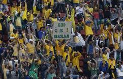 Torcida comemora antes de início do amistoso do Brasil contra a Sérvia no Morumbi, em São Paulo. 6/6/2014.     REUTERS/Nacho Doce