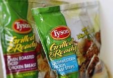 """Tyson Foods a annoncé une offre """"unilatérale et contraignante"""" de 8,55 milliards de dollars (6,23 milliards d'euros) sur Hillshire Brands, dette comprise, damant ainsi le pion à Pilgrim's Pride qui était aussi en lice pour reprendre le fabricant des saucisses Jimmy Dean. /Photo d'archives/REUTERS/Mike Blake"""
