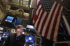 Le Dow Jones a gagné 0,11%, à 16.943,10, lundi à la clôture des marchés américains, des chiffres susceptibles de varier encore légèrement. /Photo prise le 9 juin 2014/REUTERS/Carlo Allegri