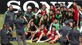 Mexicanos treinam em Santos no domingo.  REUTERS/Paulo Whitaker