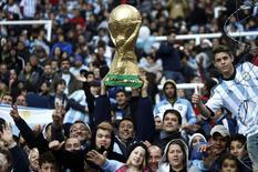 Torcida argentina em jogo contra Eslovênia em Buenos Aires no sábado.   REUTERS/Marcos Brindicci