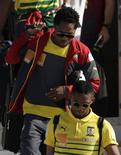 Jogadores da seleção de Camarões Samuel Eto'o (abaixo) e Alexandre Song chegam à Base Aérea do Galeão, no Rio de Janeiro. 9/6/ 2014.  REUTERS/Ricardo Moraes