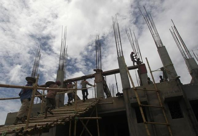 Labourers work at the construction site of a commercial complex in Agartala, August 27, 2013. REUTERS/Jayanta Dey/Files