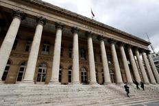 Les principales Bourses européennes marquent une pause à l'ouverture mardi après trois séances de hausse qui ont salué l'annonce de nouvelles mesures d'assouplissement monétaire par la Banque centrale européenne jeudi dernier. Dans les premiers échanges, le CAC 40 parisien recule de 0,11%, le Dax allemand perd 0,17% et le FTSE londonien 0,38%. /Photo d'archives/REUTERS/Charles Platiau