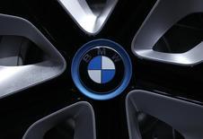 BMW a livré davantage de voitures qu'Audi en mai mais l'écart entre les deux constructeurs allemands se resserre pour la suprématie dans le segment des voitures premium. /Photo d'archives/REUTERS/Michaela Rehle