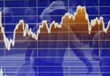 En la imagen el reflejo de un peatón en una pantalla electrónica afuera de un corretaje en Tokyo 2 de junio de 2014. Las bolsas de Asia subieron el martes a máximos en tres años por el optimismo sobre las perspectivas de crecimiento mundial y un repunte récord en Wall Street, lo que ayudaba a elevar los rendimientos en los bonos del Tesoro estadounidense y al dólar. REUTERS/Yuya Shino