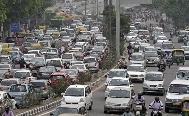 Heavy traffic moves along a busy road during a power-cut at the traffic light junctions in New Delhi July 31, 2012. REUTERS/B Mathur/Files