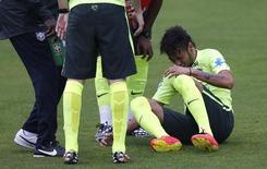 Neymar sente torção durante treino da seleção em Teresópolis, na segunda-feira, dua 9 de junho. REUTERS/Stringer/Brazil/Marcelo Regua