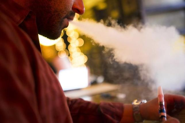 A customer puffs on an e-cigarette at the Henley Vaporium in New York City December 18, 2013.   REUTERS/Mike Segar