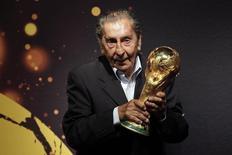 Ex-jogador da seleção uruguaia, Alcides Ghiggia, posa para foto durante turnê de troféu da Fifa em Montevidéu, em 16/1/2014. REUTERS/Andres Stapff