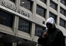 Imagen de archivo del edificio de Standard & Poor's en el distrito financiero de Nueva York, feb 5 2013. Colombia presenta una serie de indicadores que lo proyectan en una buena posición con respecto al promedio de los países de la región, pero debe trabajar en mejorar la carga de su deuda con respecto a sus ingresos, clave para mejorar su calificación, consideró el miércoles un directivo de Moody's. REUTERS/Brendan McDermid