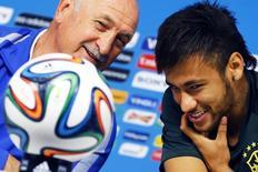 O técnico da seleção brasileira Luiz Felipe Scolari (esquerda) e o atacante Neymar antes do treino final em São Paulo, um dia antes da partida de abertura da Copa do Mundo entre Brasil e Croácia. 11/6/14 REUTERS/Damir Sagolj