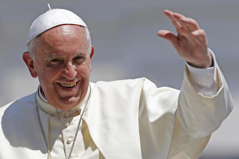 Pope Francis waves after leading his weekly general audience at St. Peter's Square at the Vatican June 11, 2014.  REUTERS/Giampiero Sposito