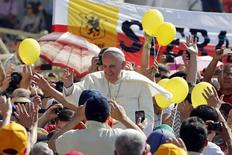 Papa Francisco arriba a la plaza de San Pedro en el Vaticano, para liderar una audicencia, 11 de junio de 2014. El Papa Francisco espera que el Mundial que comienza en Brasil este jueves se dispute con un espíritu de fraternidad y juego limpio, y pueda superar cualquier forma de racismo o intolerancia. REUTERS/Giampiero Sposito