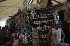 As vendas no varejo brasileiro recuaram 0,4 por cento em abril sobre março, segundo mês seguido de queda, apontando que a fraqueza do consumo se estendeu para o início do segundo trimestre com inflação elevada e crédito restrito. 24/09/2013 REUTERS/Ricardo Moraes