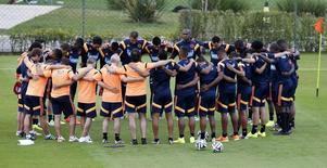 Seleção da Colômbia reza antes de sessão de treino em Cotia. 9/6/2014 REUTERS/Paulo Whitaker