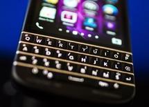 En la imagen de archivo, una Blackberry Q10 con teclado Qwerty fotografiada en la reunión de accionistas anual de Fairfax, en Toronto, el 9 de abril de 2014. BlackBerry dijo el jueves que firmó un acuerdo con EnStream, una empresa de pagos operada por las tres principales operadoras móviles de Canadá, para ofrecer una plataforma segura para las transacciones entre bancos y consumidores. REUTERS/Mark Blinch